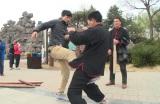 きっかけは中国で若者の武術離れを嘆く中高年を取材したVTR。男性としての強さを磨くべく、股間を鍛える珍修行(C)テレビ朝日