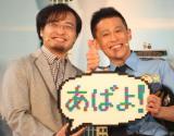 三井淳平さんからのプレゼントに笑顔を見せる柳沢慎吾 (C)oricon ME inc.