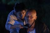 青年期の久慈(左/平埜生成)に謎の言葉を告げる爺(右/火野正平)(C)TBS