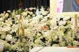 祭壇には川島なお美さんに縁の品が添えられた=川島なお美さん通夜