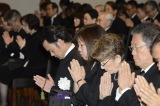 川島なお美さんの葬儀に参列した(左から)磯野太社長、林真理子、倍賞千恵子、小六禮次郎夫妻