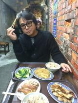 NHK・BSプレミアムで4月30日放送される『チョイ住み in 台北』裏路地の屋台で食事する藤井フミヤ