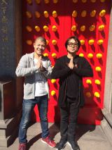 NHK・BSプレミアムで4月30日放送される『チョイ住み in 台北』行天宮の門の前で