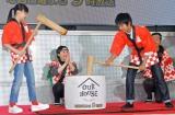 フジテレビ系ドラマ『OUR HOUSE』のこどもの日イベントで餅つきをする(左から)芦田愛菜(11)、加藤清史郎(14)(東京・台場) (C)ORICON NewS inc.