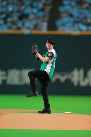 日ハム-ソフトバンク戦の札幌ドームで始球式を行ったGLAY・TERU