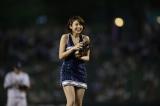 セクシーなチアリーダー衣装で始球式挑戦した中村静香(C)TBS