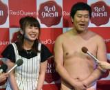 スマホゲームアプリ『Red Queen』発売記念イベントに登場した(左から)山田菜々、とにかく明るい安村 (C)ORICON NewS inc.