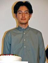誕生日ケーキの登場に硬直する松田龍平 (C)ORICON NewS inc.