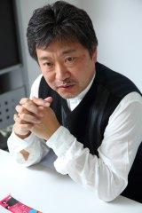 是枝裕和氏 Profile/62年生まれ。早稲田大学卒業後、テレビマンユニオンに参加。14年に独立し、制作者集団「分福」を立ち上げる。テレビ番組の制作に携わる一方、95年に初監督した映画『幻の光』がヴェネツィア国際映画祭で金のオゼッラ賞を受賞。04年の『誰も知らない』では主演を務めた柳楽優弥がカンヌ国際映画祭で、映画祭史上最年少で最優秀男優賞を受賞。近作では13年に福山雅治主演『そして父になる』が大ヒットを記録。15年に公開された『海街diary』で第39回日本アカデミー賞最優秀作品賞・最優秀監督賞など4