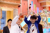 三四郎の小宮浩信にわざと水をかけるビートたけし(C)テレビ朝日