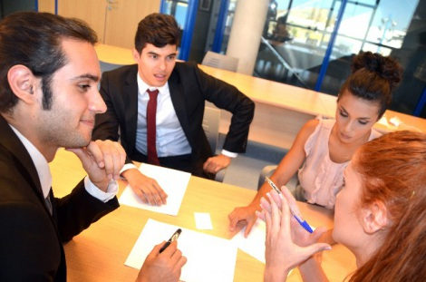 ビジネスでの会議や連絡をする際に便利な英語フレーズを紹介する