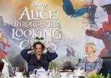 英ロンドンで行われた映画『アリス・イン・ワンダーランド/時間の旅』(7月1日公開)の記者会見に出席したジョニー・デップ(左)とミア・ワシコウスカ