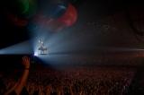 気球に乗って「KISS OF LIFE」を歌唱 Photo by 田中栄治