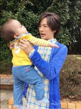 赤ん坊を抱っこ写真公開したDAIGO