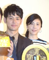映画『殿、利息でござる!』の初日舞台あいさつに出席した(左から)妻夫木聡、竹内結子 (C)ORICON NewS inc.