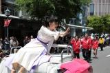 「神戸まつり」のパレードに参加した芳根京子