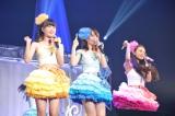 ペンライトを使った「恋のレッスン」を披露する(左から)遠藤みゆ、赤坂星南、兼次桜菜