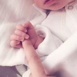 小さな手をギュッと…第1子との写真も公開(本人ブログより)