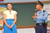 『オランジーナ』新CMキャラクターに起用された、(左から)フランス人女優のサロメ・デ・マート、バイきんぐの小峠英二 (C)oricon ME inc.