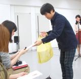 報道陣に粗品のタオルを配るバカリズム=『青春バカリズム』ミニ記者会見 (C)ORICON NewS inc.