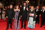 『第69回カンヌ国際映画祭』のレッドカーペットに登場した(左から)是枝裕和監督、真木よう子、阿部寛、樹木希林