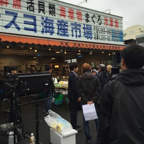 『昼のセント酒』第9話(6月4日放送)沼津の漁港での撮影風景(C)テレビ東京