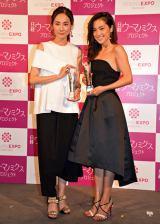 『日経ヘルスPresents ビューティーミューズ大賞2016』授賞式に出席した吉田羊(左)と中村アン(右) (C)ORICON NewS inc.