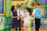 カンテレ『NMBとまなぶくん』講師の浅田舞と握手する川上千尋(6月16日放送予定)(C)カンテレ