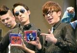 『PERFECT HUMAN』CDアルバム発売記念パフォーマンスを行ったオリエンタルラジオ(左から)中田敦彦、藤森慎吾 (C)ORICON NewS inc.