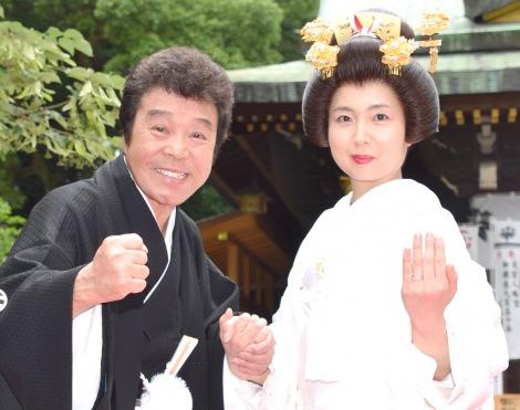 大宮八幡宮で挙式した冠二郎(左)と31歳年下の妻・みなこさん(C)ORICON NewS inc.