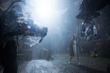 『死霊館 エンフィールド事件』のメイキング写真が公開。豪雨の中で両手を広げ、何者かを見つめるロレイン