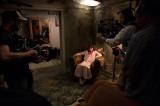革イスに腰掛けおびえた表情を見せるジャネット=『死霊館 エンフィールド事件』のメイキング写真