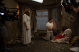 散らかった部屋で泣き叫ぶジャネットの隣に立ち尽くすウォーレン夫妻=『死霊館 エンフィールド事件』のメイキング写真