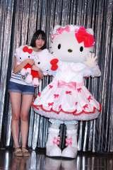 『第1回 KiRA KIRA GIRLSオーディション』グランプリに選ばれた松浦美帆さんとハローキティ(C)2016 SANRIO CO, LTD.