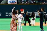 ガッツポーズする伽椰子&がっかりする貞子=日本ハムVSヤクルト戦のファーストピッチセレモニー(C)2016「貞子vs伽椰子」製作委員会
