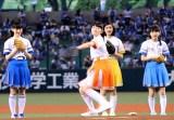 勢いのある投球を披露した私立恵比寿中学・柏木ひなた (C)ORICON NewS inc.