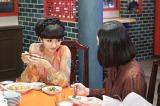 NHK『トットてれび』第5話(6月4日放送)向田邦子(右・ミムラ)と毎日のように会っていた徹子(左・黒柳徹子)(C)NHK