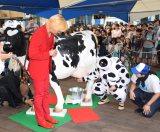 イベント『六本木牧場』で擬似搾乳を体験したメイプル超合金 (C)ORICON NewS inc.