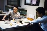 新たに公開された場面写真。焼肉屋で密談を行う姿を捉えている (C)2016「日本で一番悪い奴ら」製作委員会