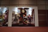 東京・汐留の日本テレビ2階で『アリスと時間のアート展』(6月4日〜12日)の展示の一部。立体感のある写真が撮れるフォトスポット