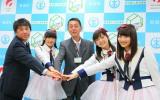 篠田昭新潟市長(中央)と総選挙成功を誓い合ったNGT48(C)AKS
