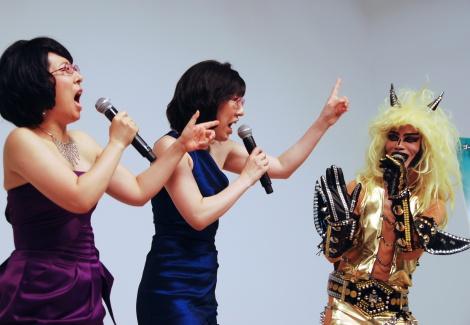 オリジナルソングを披露した阿佐ヶ谷姉妹(左:木村美穂、中央:渡辺江里子)、JAGUAR(右)=『アフェア〜情事の行方〜』DVDリリースイベント (C)ORICON NewS inc.