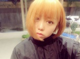 ブリーチの途中の金髪姿を公開したAKB48・峯岸みなみ(峯岸みなみ公式Twitterより)