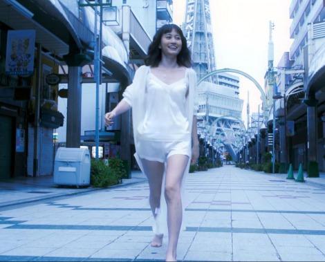 通天閣本通を裸足で闊歩する前田敦子