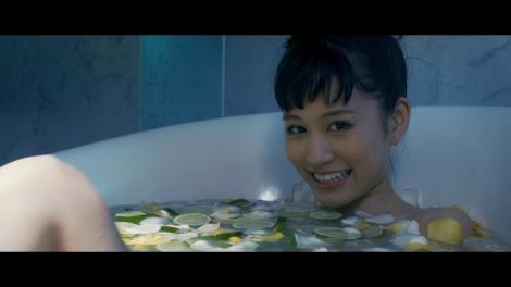 前田敦子の新曲「Selfish」ミュージックビデオより