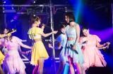 テレビ東京『その「おこだわり」、私にもくれよ!!』モーニング娘。の人気曲「One・Two・Three」を熱唱する松岡茉優(右)。途中、モーニング娘。'16の石田亜佑美と見つめ合いながら歌唱する場面も(C)『その「おこだわり」、私にもくれよ!!』製作委員会