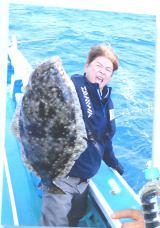 5月中旬に行われたロケで魚を手にする哀川 (C)ORICON NewS inc.