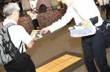 秋葉原、新宿、渋谷、新橋など都内各所で号外が配布された(C)AKS