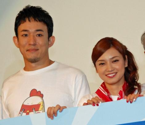 映画『サブイボマスク』初日舞台あいさつを行った(左から)ファンキー加藤、平愛梨 (C)ORICON NewS inc.