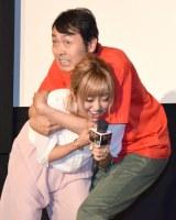 映画シーン再現で、菊地亜美に抱きつくアンガールズ・田中卓志 (C)ORICON NewS inc.